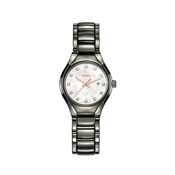 Dames horloge uit de Rado True collection - uitgevoerd in plasma keramiek en voorzien van een parelmoer wijzerplaat met diamant - De Rado collectie is verkrijgbaar bij Sparnaaij Juweliers in Aalsmeer