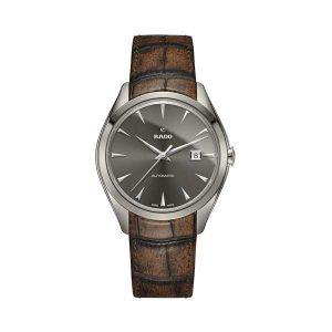 Heren horloge uit de Rado Hyperchrome collection - uitgevoerd met een kast van plasma keramiek, een grijze wijzerplaat en lederen bruine band - dit model is voorzien van een automatisch uurwerk en een saffier glas - De Rado collectie is verkrijgbaar bij Sparnaaij Juweliers in Aalsmeer